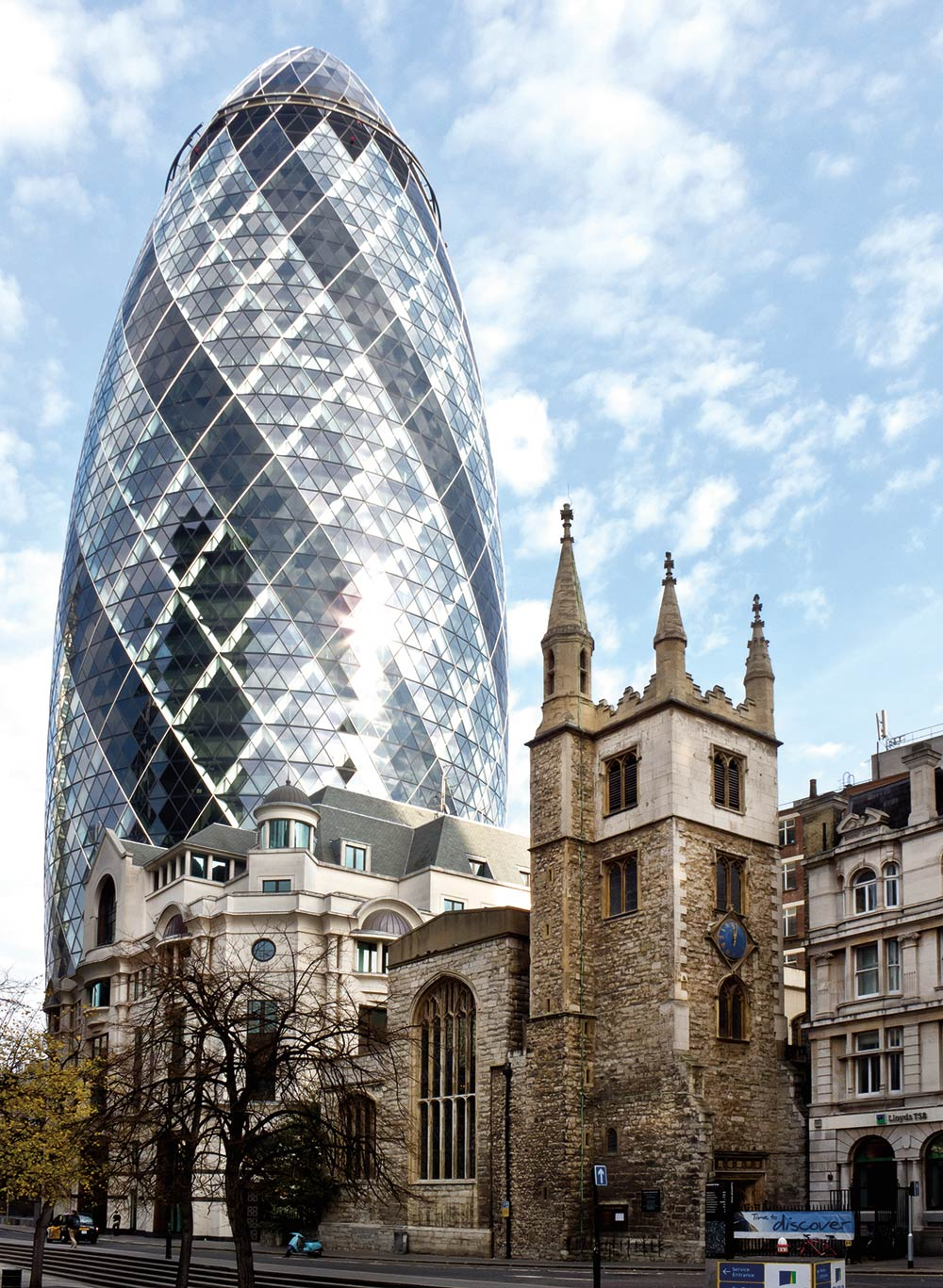 30 St Mary Axe Swiss Re Building and St Andrew Undershaft church - NORMAN FOSTER Un gran ícono de la arquitectura