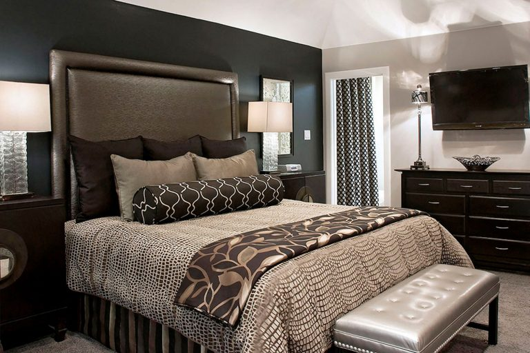 luxurious small master bedroom color ideas with gray fabric headboard and sweet ash gray quilt ideas 768x512 - Estilos de Recamaras principales